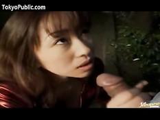 Японская подружка показывает сиськи и отсасывает член в парке