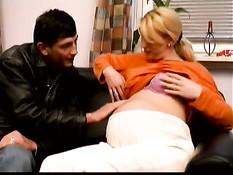 Парень ебёт беременную немецкую блондинку с пирсингом в киске