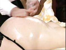 Натёр маслом беременную блондинку в чулках и отымел на кровати