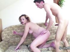 Беременная дама отсасывает член и занимается любовью с молодым парнем