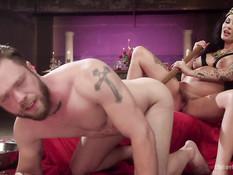 Покорный раб лижет ноги и клитор беременной госпоже с татуировками