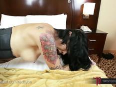 Азиатская женщина Dana Vespoli сосёт член и трахается на кровати
