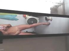 Обнажённая девушка мастурбирует в ванной и снимает на смартфон