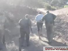Пойманной на границе молодой блондинке пришлось отсосать член