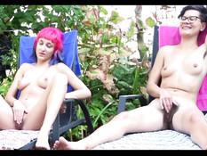 Две английские девки с волосатыми лобками мастурбируют клитор