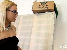 Работник заставил худую блондиночку в очках сделать ему минет