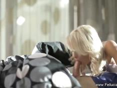 Блондиночка с вьющимися волосами сделала великолепный минет