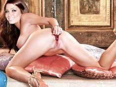 Сборник эротических фотографий молодой актрисы Nikki Sanderson