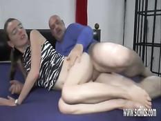 Немецкая шлюха делает себе фистинг и ебётся с двумя мужчинами