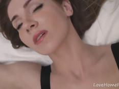 Девчонка в чёрном белье мастурбирует выбритую киску на кровати