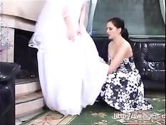 Молодая русская лесбиянка раздевает невесту и занимается сексом