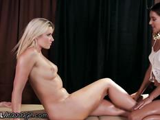 Юная лесбиянка Uma Jolie вылизывает клитор блонде Annika Albrite