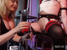 Строгая госпожа пытает привязанную к стулу молодую секс рабыню