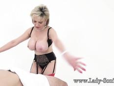 Развратная пожилая женщина Lady Sonia отсасывает мужчине член