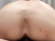 Женщина из Японии сосёт хуй и занимается сексом с молодым парнем