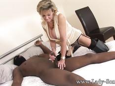 Грудастая мамочка Lady Sonia трахается с чёрным мужиком в маске
