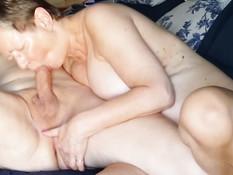 Зрелая жена сосёт у мужа хуй с закрытыми от удовольствия глазами
