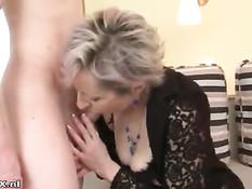 Пожилая блондинка отсосала и подрочила член молодому пареньку