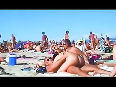 Женщина занимается сексом в позе наездницы на нудистском пляже