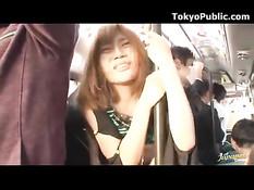 Полуголая тёлка ебётся с приятелем в городском автобусе в Токио