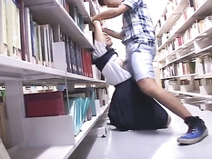 Стеснительную азиатскую студентку оттрахали прямо в библиотеке