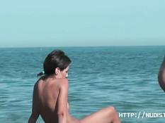 На нудистском пляже загорают и купаются сексуальные девчонки