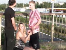 Публичный секс блондинки с двумя парнями на мосту через шоссе