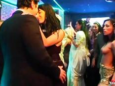 Бесстыжие невесты дрочат женихам члены и ебутся на вечеринке