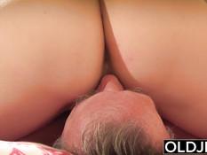 Девка с тёмными волосами занимается сексом с пожилым мужчиной