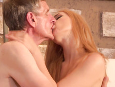 Богатая молодая блондинка соблазнила на секс пожилого работника