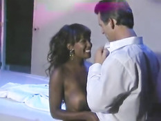 Пышногрудую шоколадку Dominique Simone отжарили в ретро порно