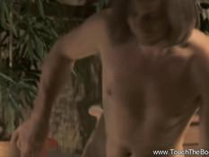 Белый мужчина сделал юной мулатке эротический массаж с маслом