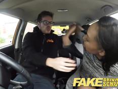 Инструктор по вождению оттрахал в автомобиле молодую мулатку