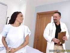 Белые мужчины в больнице оттрахали грудастую мулатку Julie Kay