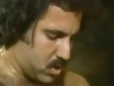 Ретро порно актёр Ron Jeremy ебёт знойную мулатку Jeannie Pepper