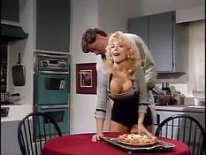 Мужик пришёл домой и отодрал на кухне красивую жену блондинку