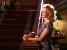 Светловолосая любовница в чулках соблазняет мужа в присутствии жены