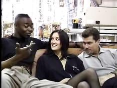 Белый мужик вместе с чёрным другом отодрали сексуальную брюнетку