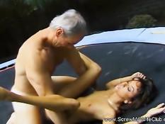 Брюнетка трахается с двумя любовниками на батуте возле бассейна