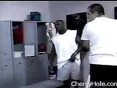 Чёрный спортсмен отодрал в раздевалке белую девку чирлидершу