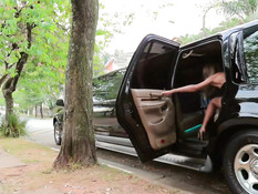 Красивый транс оттрахал сиськастую брюнетку в чёрном лимузине