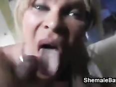 Зрелый транс со светлыми волосами трахается с чёрным приятелем