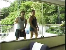 Светловолосый транс с большой грудью трахается с двумя парнями