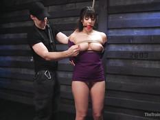 Он отшлёпал по попе связанную рабыню Violet Starr и дал отсосать