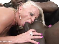Эту возбуждённую пожилую блондинку смогут удовлетворить негры