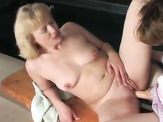 Молодая русская лесбиянка ебёт страпоном светловолосую женщину