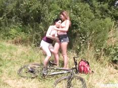 Две девчонки приехали в лес на великах и занялись лесби сексом