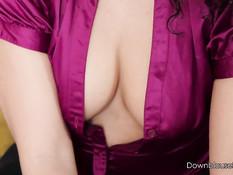 Кудрявая мулатка Kayla Louise показывает свою сексуальную попу