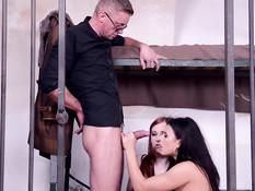 Заключённые шлюхи Billie Star и Linda Sweet соблазняют охранника