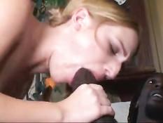 Развратная мамочка вместе с дочуркой с косичками ебутся с чёрным